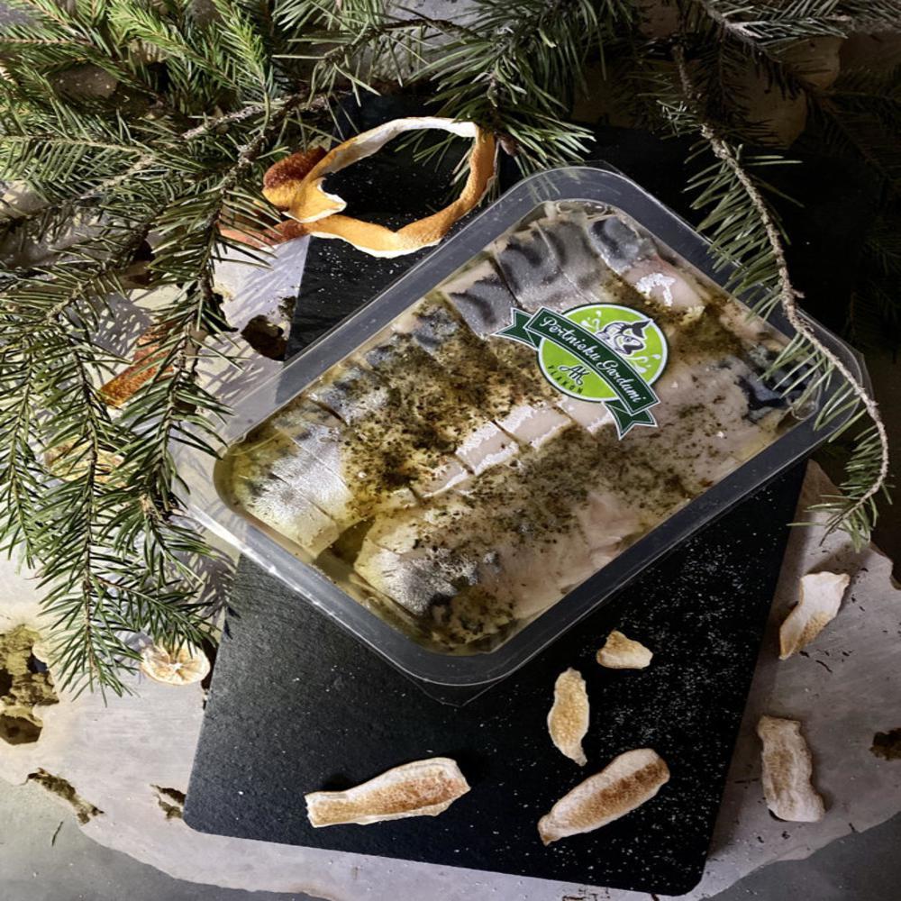 Mazsālītas makreles filejas gabaliņi eļļā ar zaļumiem, pikantā 300g