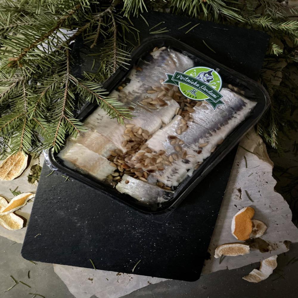 Mazsālītas siļķes filejas gabaliņi ar saulespuķu sēklām, eļļā 190g